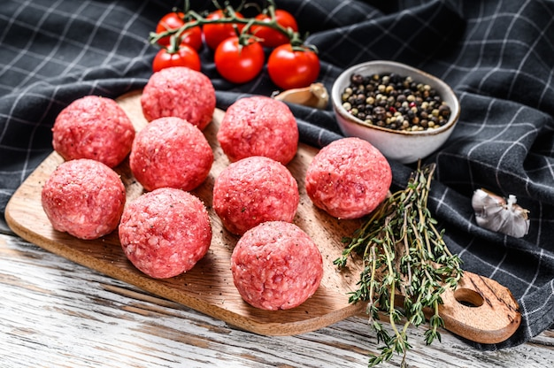 Rauwe gehaktballen, gehakt varkensvlees. witte achtergrond. bovenaanzicht