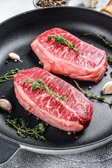 Rauwe gemarmerde biefstuk, biefstuk met topblad