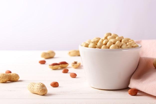 Rauwe gepelde pinda's op een lichte achtergrond. hoge kwaliteit foto