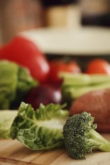 Rauwe groenten op een houten bord