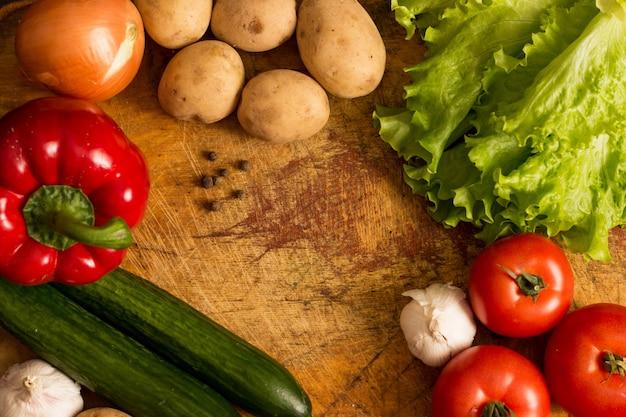 Rauwe groenten staan op de snijplank