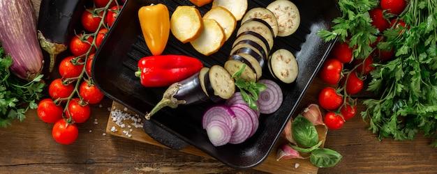 Rauwe groenten voor het koken op grillpan