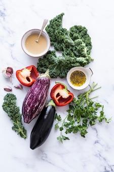 Rauwe groenten voor saladebereiding platliggende voedselfotografie