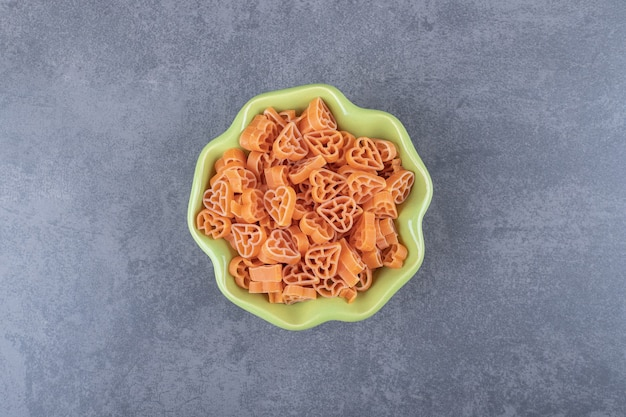 Rauwe hartvormige pasta in groene kom. Gratis Foto