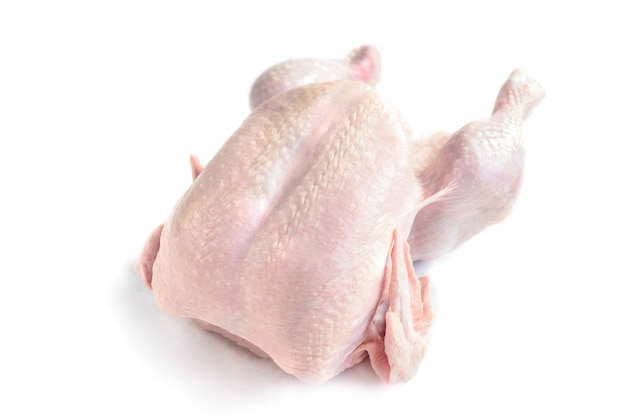 Rauwe hele kip geïsoleerd op wit