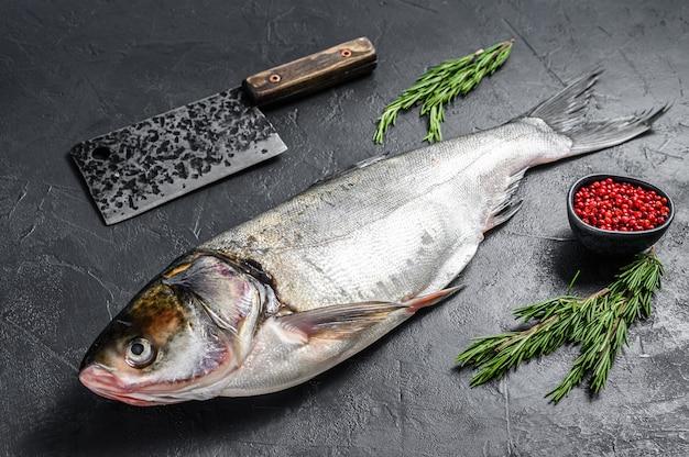 Rauwe hele vis zilveren karper met roze peper en rozemarijn. .