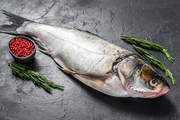 Rauwe hele vis zilveren karper. zwarte achtergrond. bovenaanzicht.