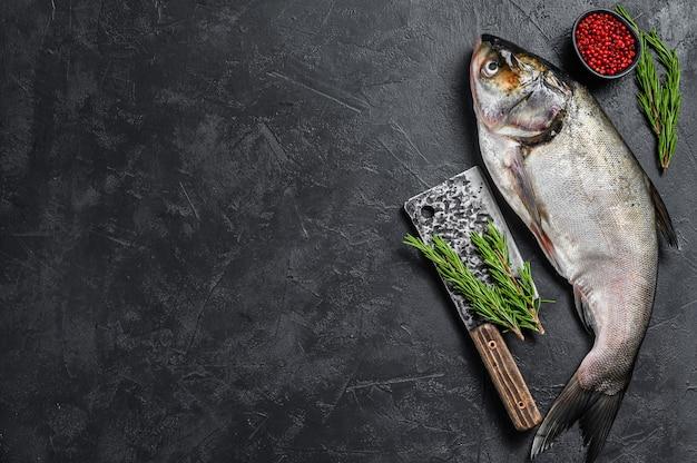 Rauwe hele vis zilveren karper