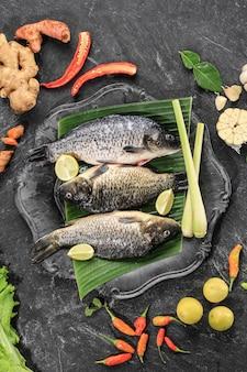 Rauwe ingrediënten van pesmol ikan mas gold fish met gele kerriekruiden pesmol fish recept