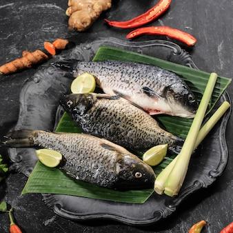 Rauwe ingrediënten van pesmol ikan mas gold fish met gele kerriekruiden pesmol