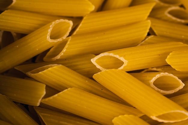 Rauwe italiaanse pasta in de keuken