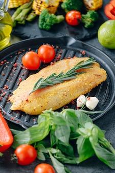 Rauwe kalkoenfilet met kruiden en olijfolie, klaar om te grillen