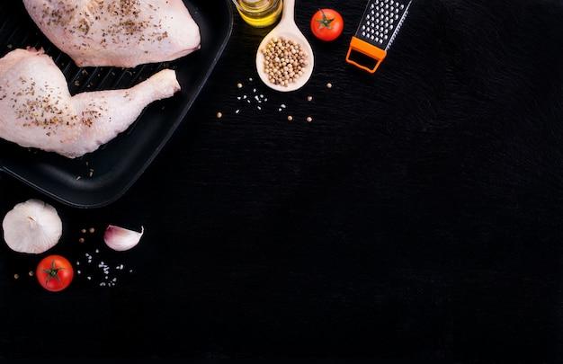 Rauwe kip benen met kruiden