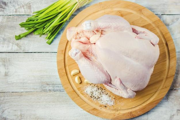 Rauwe kip. ingrediënten voor koken. selectieve aandacht.