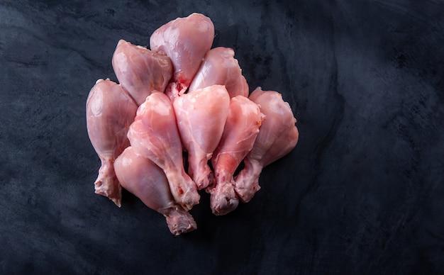 Rauwe kip op het tafelblad in de keuken.
