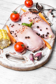 Rauwe kip op snijplank