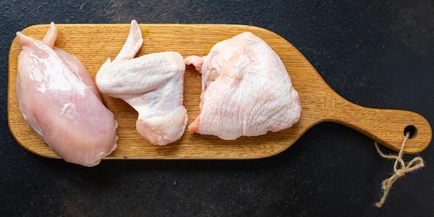 Rauwe kip stukjes verschillende delen van een gevogelte karkas borstvleugels dij kippenpoten