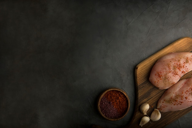 Rauwe kipfilet geserveerd met sauzen