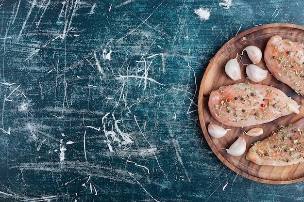 Rauwe kipfilet met kruiden en knoflook.