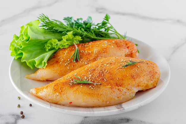 Rauwe kippenborsten met peterselie en tomaten klaar om te koken.