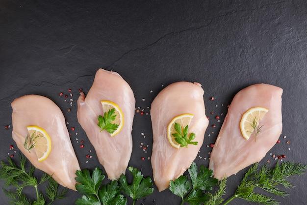 Rauwe kippenborsten op een snijplank. verse filet.