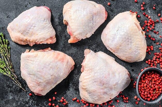 Rauwe kippendij met vel en peperkorrels