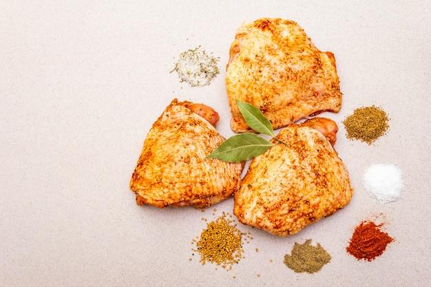 Rauwe kippendijen met kruiden.