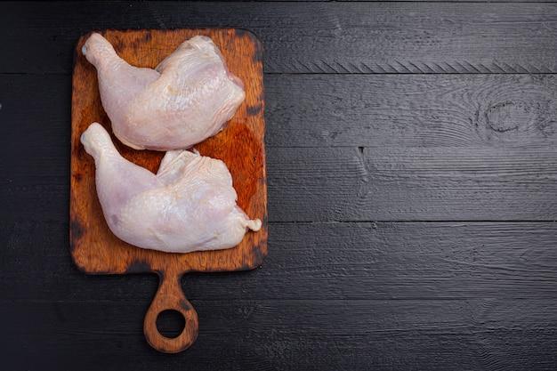 Rauwe kippendijen op het donkere houten oppervlak.
