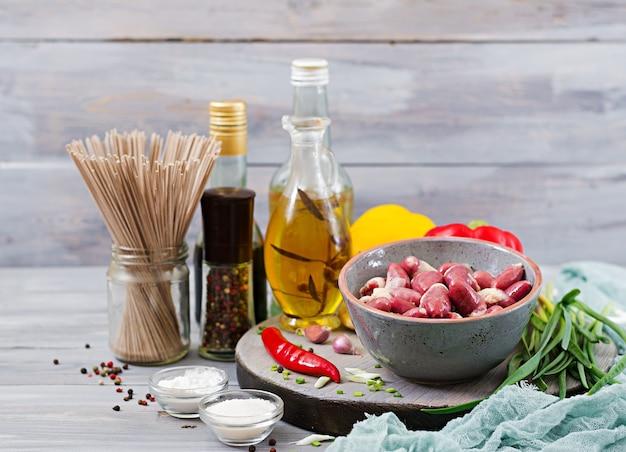 Rauwe kippenharten. ingrediënten voor het roerbakken en boekweitnoedels.