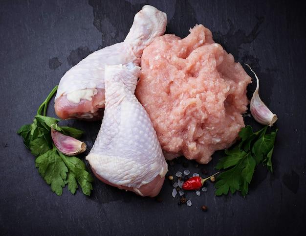 Rauwe kippenpoten en gehakt