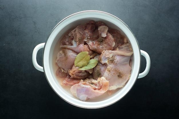 Rauwe kippenpoten in pan, klaar om te koken. bovenaanzicht