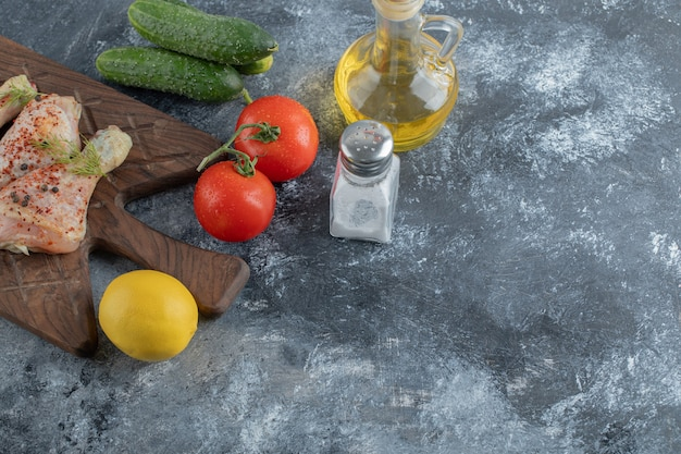 Rauwe kippentrommelstok en verse groenten.