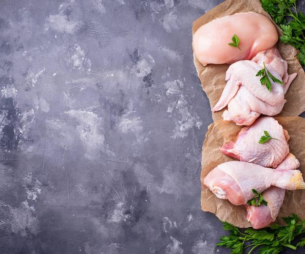 Rauwe kippenvleesfilet, dij, vleugels en benen
