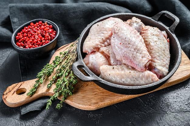 Rauwe kippenvleugels met specerijen en kruiden