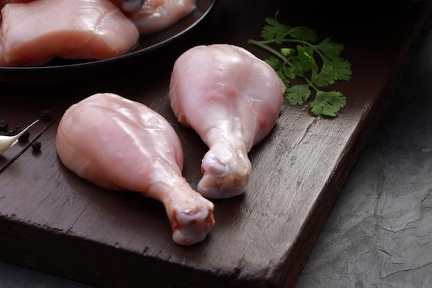 Rauwe kipsnitten combo zonder vel kip kerrie snijdt stukjes kip en twee drumsticks