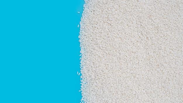 Rauwe kleverige rijst op blauwe achtergrond.