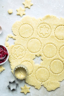 Rauwe koekjes worden gesneden met een sterkoekjesvormer