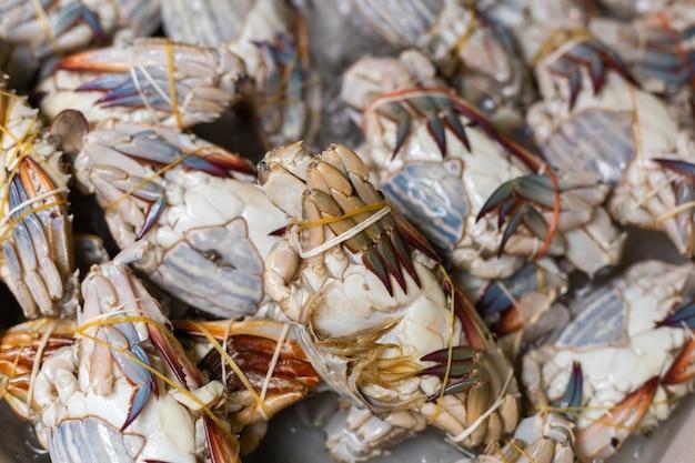Rauwe krabben te koop in de markt.