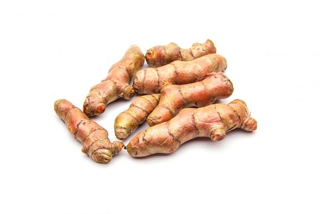 Rauwe kurkuma (curcuma longa linn) ingrediënten voor het maken van kruidengeneeskunde op wit wordt geïsoleerd.