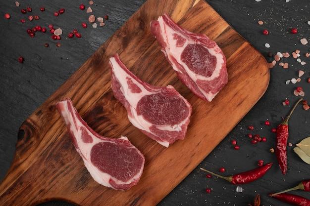 Rauwe lamskoteletten of schapenvlees snijdt bovenaanzicht