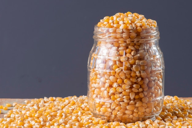Rauwe maïskorrels (zaden van popcorn).