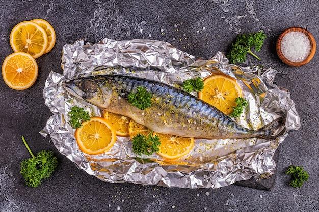 Rauwe makreel met kruiden in bakfolie, bovenaanzicht