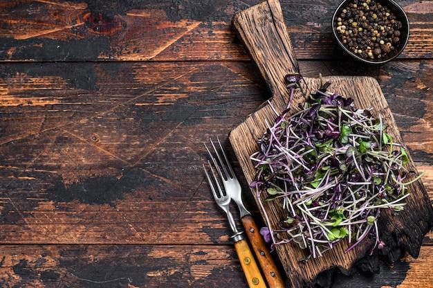 Rauwe microgreen tuinkers spruiten op een snijplank