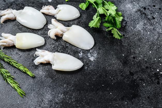 Rauwe mini-inktvis met rozemarijn en peterselie