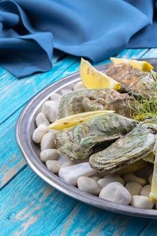 Rauwe oesters met citroen en ijs