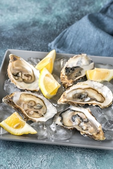 Rauwe oesters op de plaat
