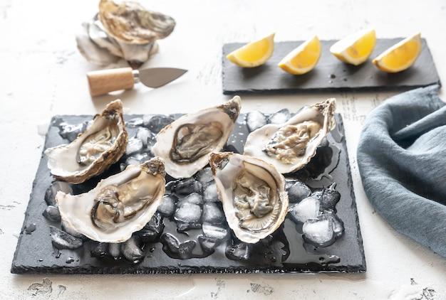 Rauwe oesters op het leisteen bord
