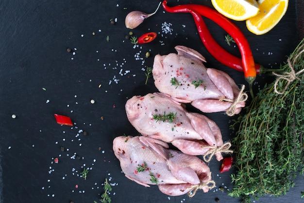 Rauwe ongekookte gekruide patrijzen. ingrediënten voor het koken van gezond vlees diner.