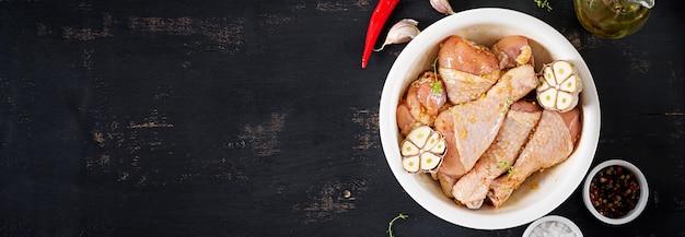 Rauwe ongekookte gemarineerde kippenpoten