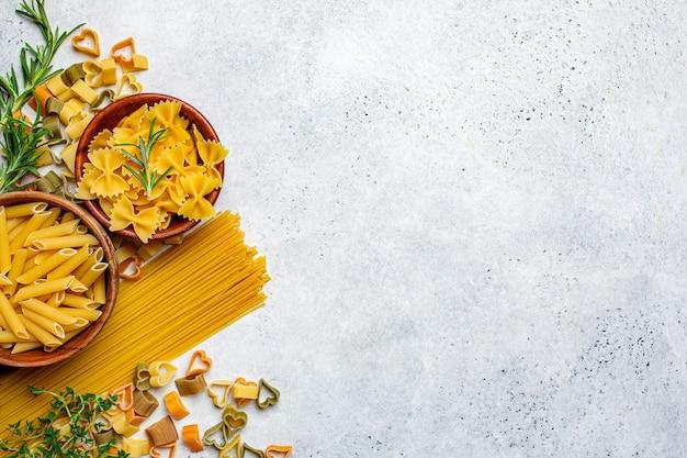 Rauwe ongekookte pasta achtergrond, bovenaanzicht, kopie ruimte.